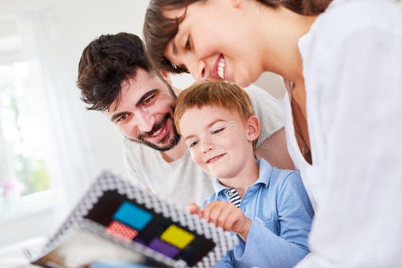 Les parents sont heureux au sujet des photos dans l'album photos image libre de droits