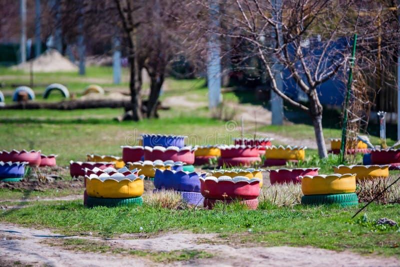 Les parterres colorés ont fait de plusieurs vieux pneus de voiture photographie stock