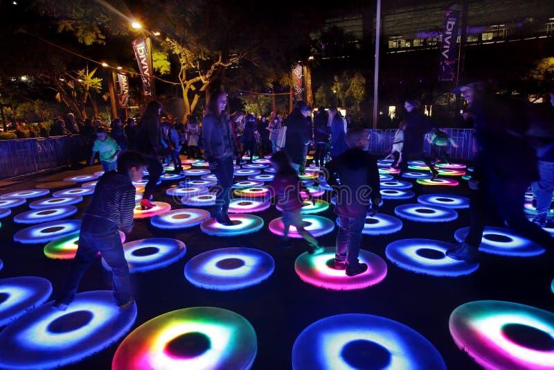 Les participants agissent l'un sur l'autre avec le cercle interactif vif de Sydney The Pool photos libres de droits