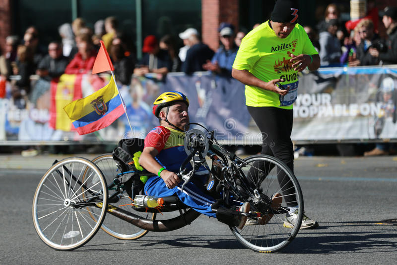 Les participants de division de fauteuil roulant de marathon de New York City traversent 26 2 milles par chacune des cinq villes  image stock