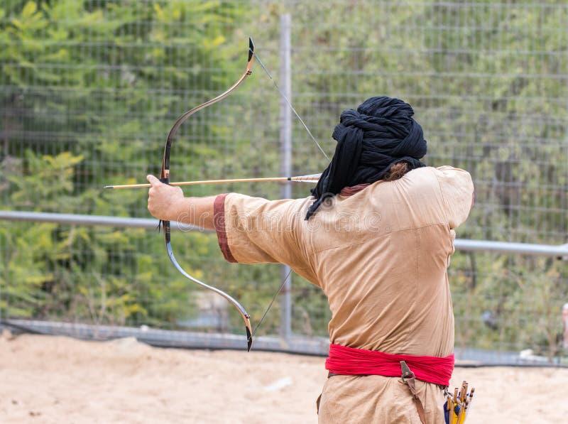 Les participants du festival dans le costume traditionnel du guerrier sarrasin montrent l'art du tir à l'arc au ` annuel Jer de f image stock