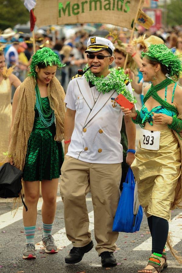 Les participants marchent dans le trente-cinquième défilé annuel de sirène chez Coney Island photo libre de droits