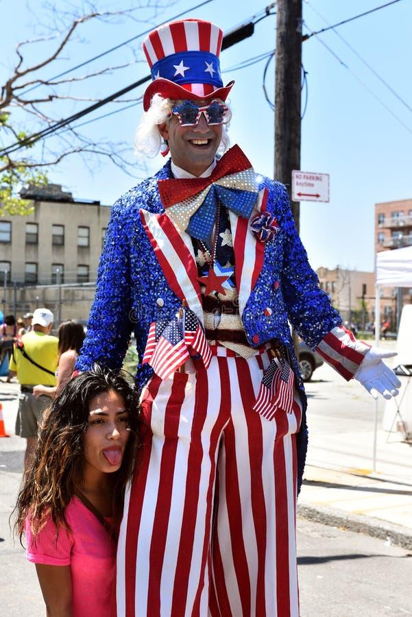 Les participants marchent dans le trente-quatrième défilé annuel de sirène chez Coney Island photo stock