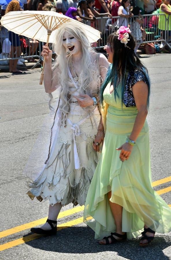 Les participants marchent dans le trente-quatrième défilé annuel de sirène chez Coney Island photographie stock libre de droits