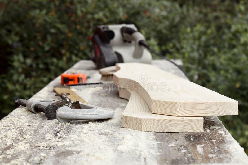 Les parties en bois du pupitre après la manipulation de la machine à moudre images stock