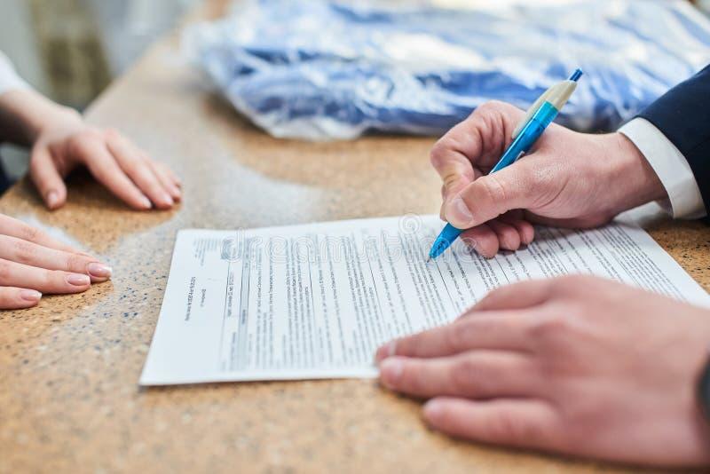Les parties ont signé le document photographie stock libre de droits