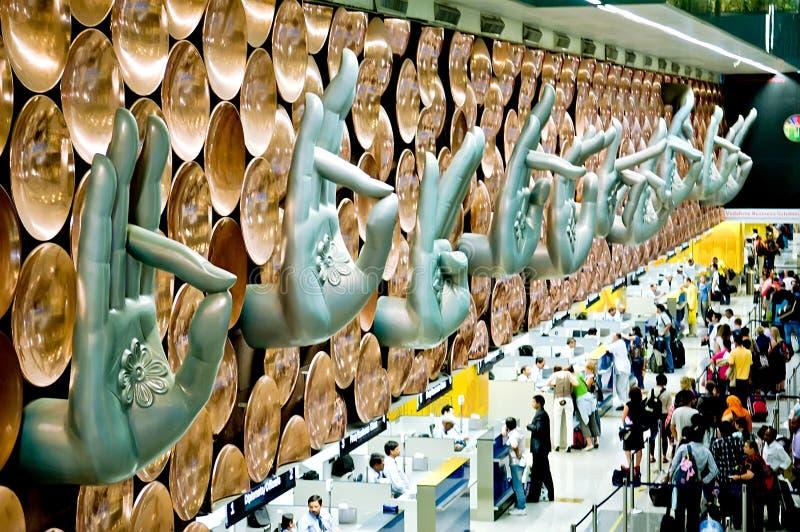 Les passagers arrivent aux comptoirs d'enregistrement chez Indira Gandhi International Airport photographie stock