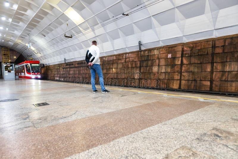 Les passagers attendent un tram ultra-rapide à la station de métro souterraine images libres de droits