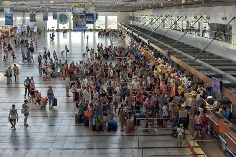 Les passagers font la queue pour signer à l'aéroport image libre de droits