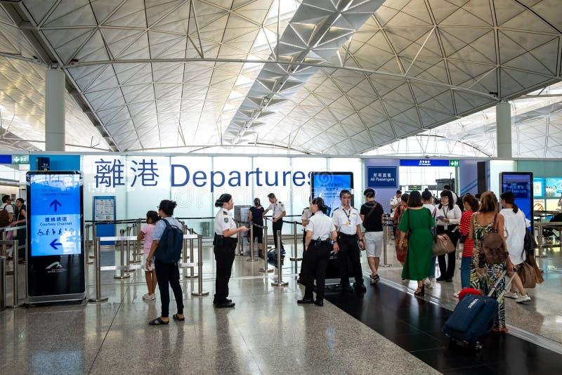 Les passagers porte le bagage chez Hong Kong International Airport photo stock