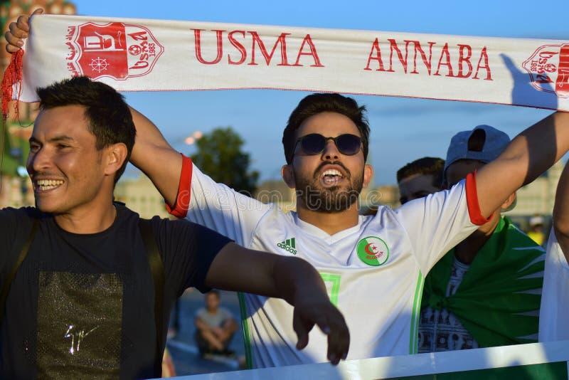 Les passionés du football d'Algérie posent pour des photos sur la place rouge à Moscou photographie stock