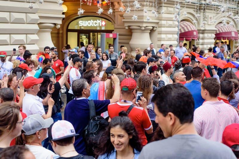 Les passionés du football sur la rue principale évente Nikolskaya photos libres de droits