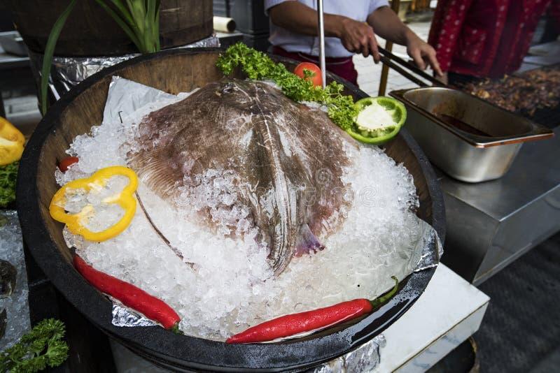 Les pastenagues fraîches pêchent la vente au marché photo libre de droits