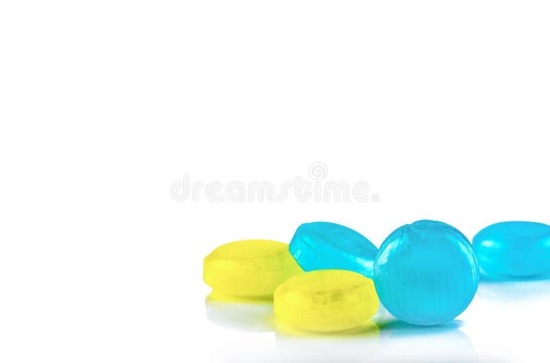 Les pastilles m?dicales pour le soulagement irritation toussent, d'angines et de gorge d'isolement sur le fond blanc Baisse de to photo libre de droits
