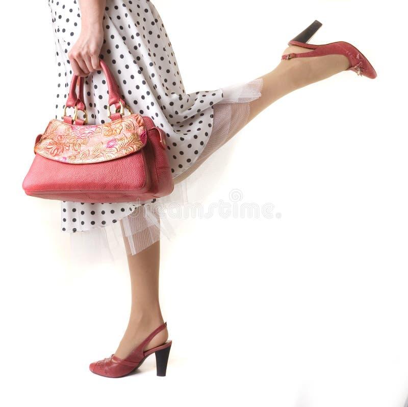 Les pattes de la fille avec le sac photo libre de droits