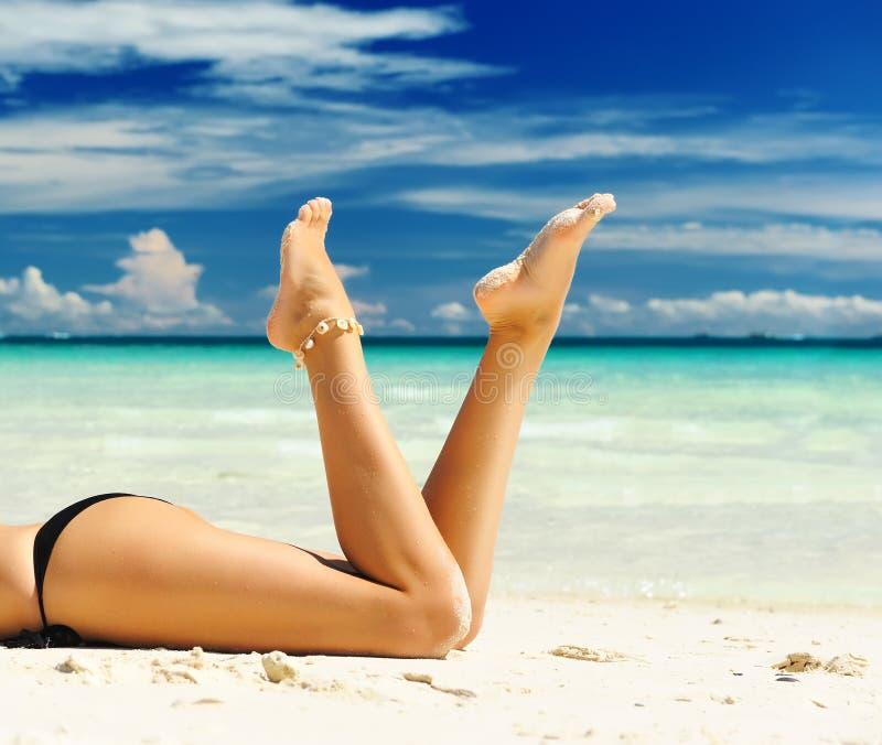 Les pattes des femmes sur une plage photo libre de droits