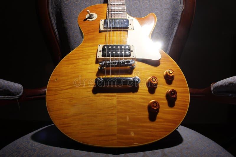Les Paul Guitar - guling I arkivfoto