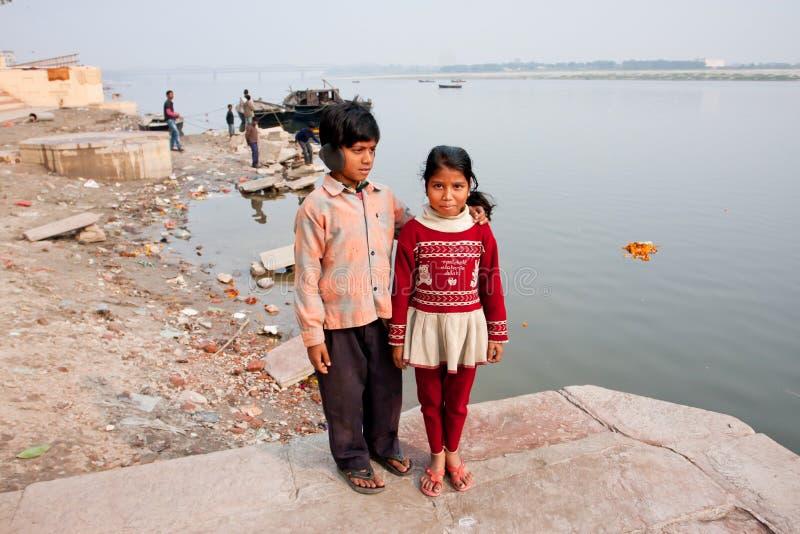 Les pauvres enfants marchent sur les banques de la rivière Ganga image libre de droits