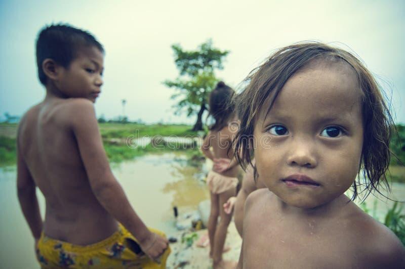 Les pauvres gosses cambodgiens sur Tonle sapent le lac photo stock