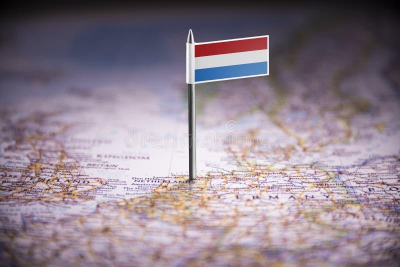 Les Pays-Bas ont identifié par un drapeau sur la carte images stock
