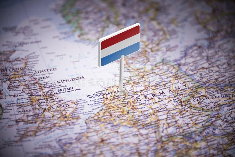 Les Pays-Bas ont identifié par un drapeau sur la carte photos stock