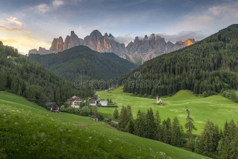 Les paysages stupéfiants regardent de la colline verte et de la montagne avec le ciel bleu le matin de lever de soleil des dolomi photos stock