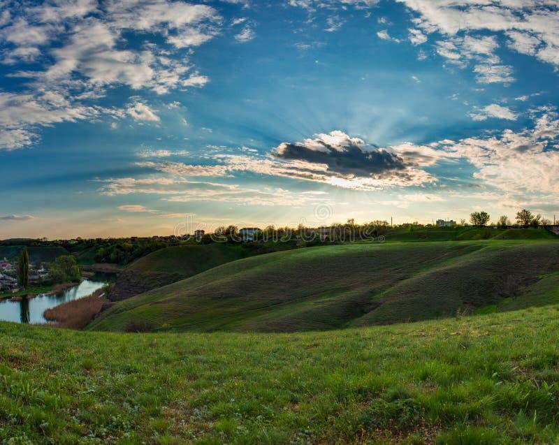 Les peaux du soleil derrière le nuage Beau paysage de ressort L'Ukraine, Kriviy Rih, Krivoy Rog photographie stock libre de droits
