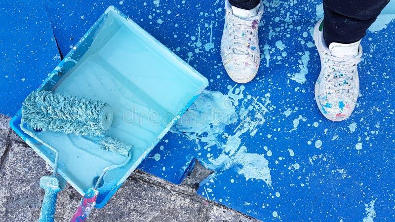 Les peintres éclabousse la couleur bleue de chaussures de fond sale illustration de vecteur