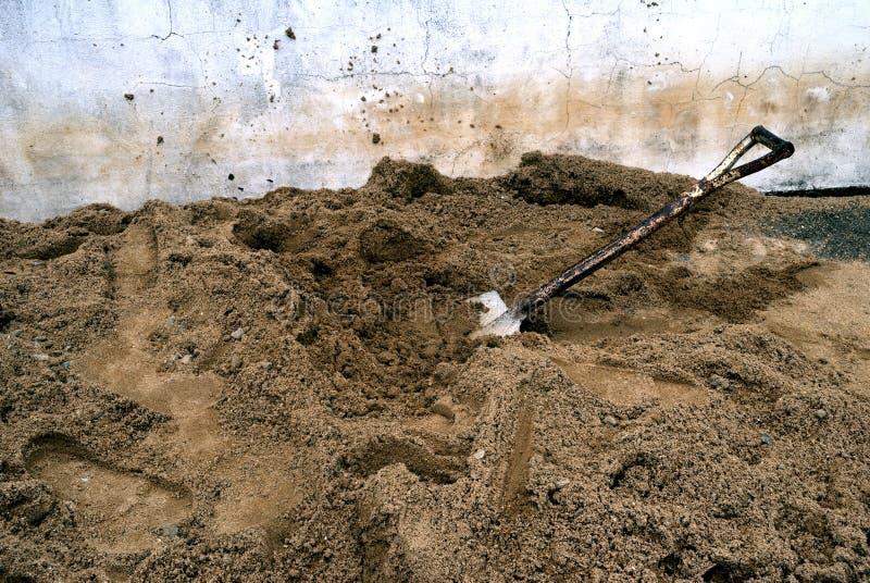 Les pelles qui sont placées sur le sable photos stock