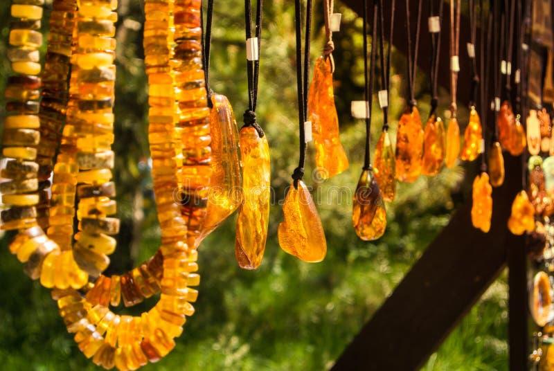 Les pendants et les colliers ambres au marché en plein air de Curonian crachent, région de Kaliningrad photo libre de droits