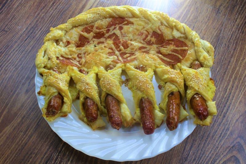 Les pepperoni fantastiques de pizza de nourriture roulent et les petits pains de saucisse avec du fromage et les graines de sésam images stock