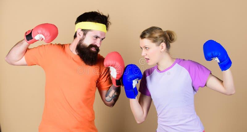 Les perdants se plaignent des champions s'exercent Femme heureuse et séance d'entraînement barbue d'homme dans le gymnase coup de images stock