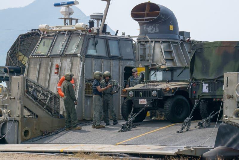 Les personels marins de véhicule des USA discutent sur la rampe du coussin d'air de barge de débarquement ou du LCAC image stock