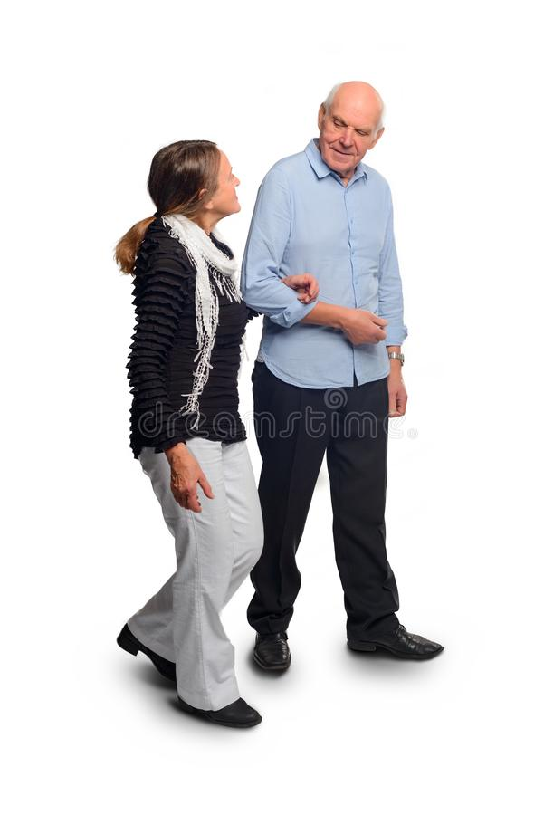 Les personnes âgées marchent tenant des mains photos stock