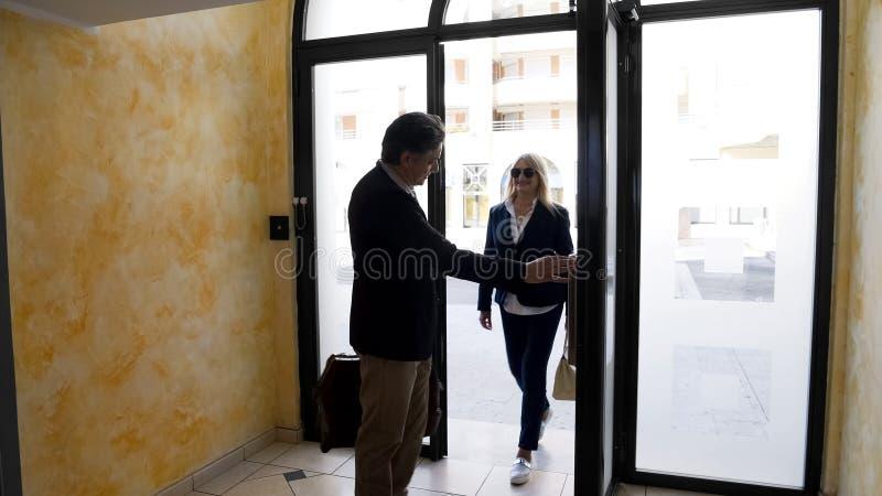 Les personnes âgées ont marié le multi-magasin entrant de couples construisant pour regarder l'appartement pour le loyer image stock