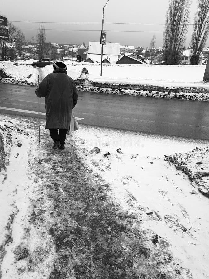 Les personnes âgées sur la rue - vue arrière image libre de droits