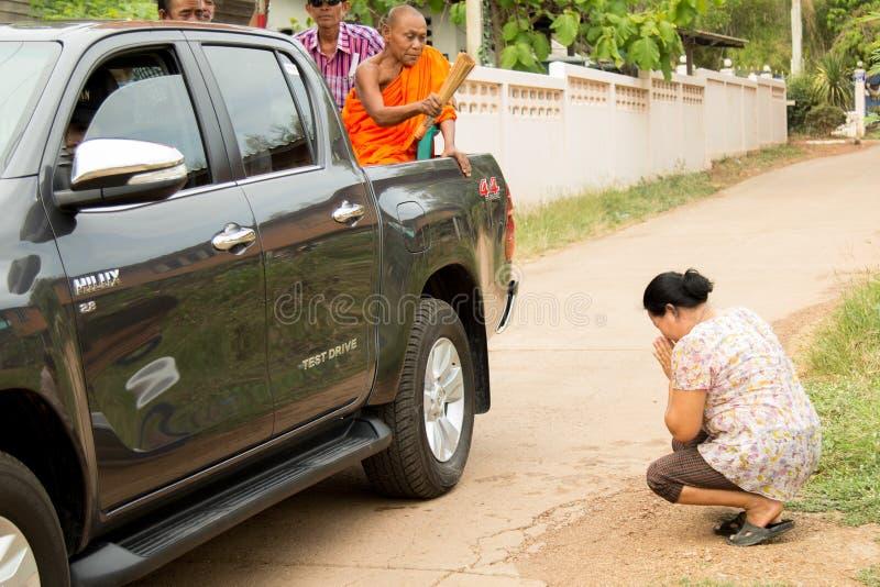 Les personnes âgées thaïlandaises célèbrent le festival de Songkran ou la nouvelle année thaïlandaise images libres de droits
