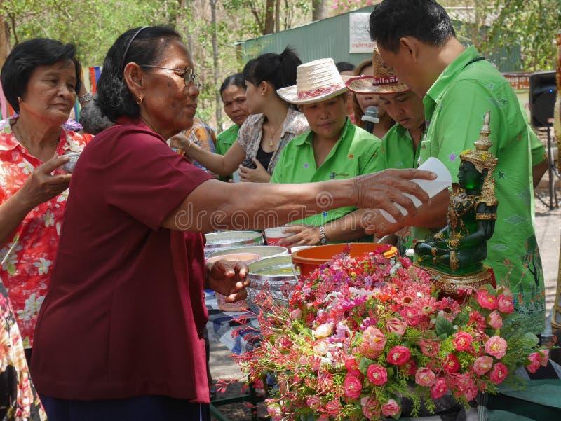 Les personnes âgées versant la statue de Bouddha le jour de Songkran, photo stock
