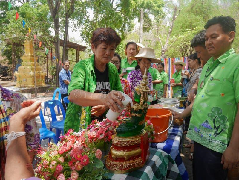 Les personnes âgées versant la statue de Bouddha le jour de Songkran, image stock