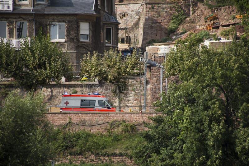 Les personnes allemandes conduisant le fourgon d'ambulance sur la route vont à l'hôpital a images libres de droits