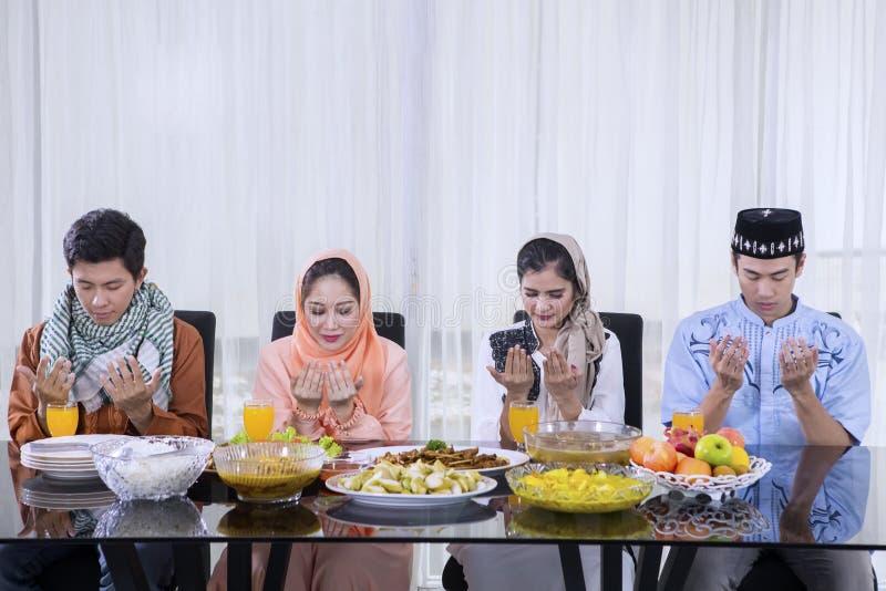 Les personnes asiatiques prient ensemble avant coupure le rapide image libre de droits