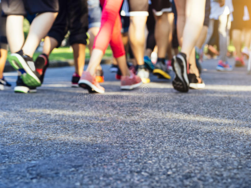 Les personnes courantes d'activité de marathon courent en parc extérieur image stock