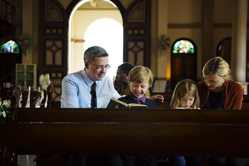 Les personnes d'église croient la foi religieuse image libre de droits