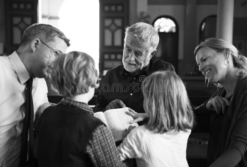 Les personnes d'église croient la foi religieuse photographie stock libre de droits