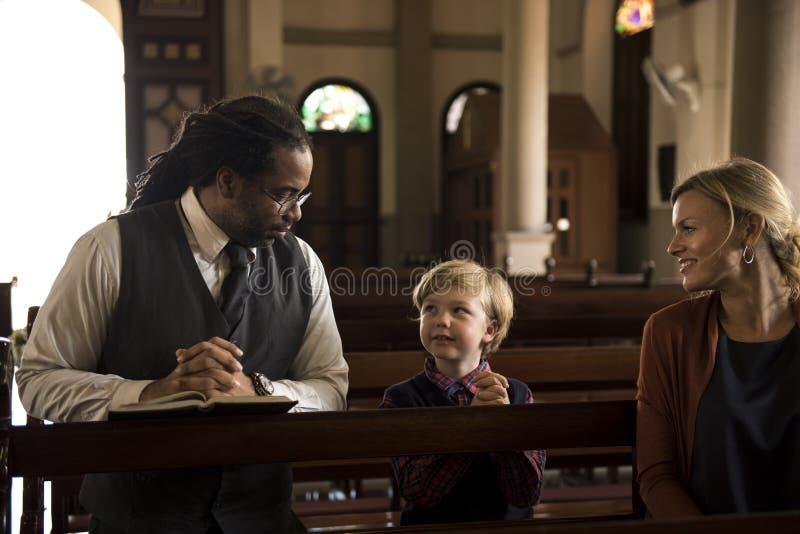 Les personnes d'église croient le concept de la famille religieux de foi images libres de droits