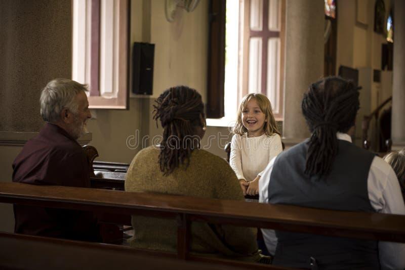 Les personnes d'église croient le concept de prière religieux de foi photos libres de droits