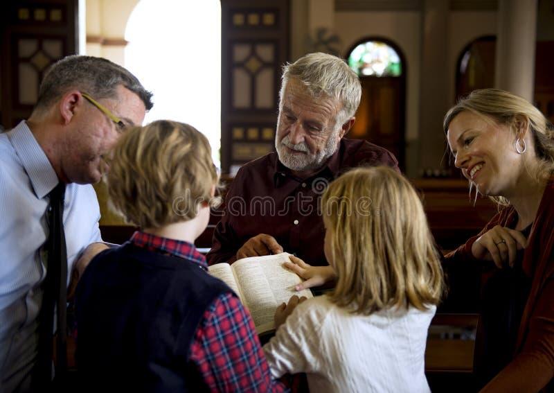 Les personnes d'église croient le concept religieux de foi photos stock