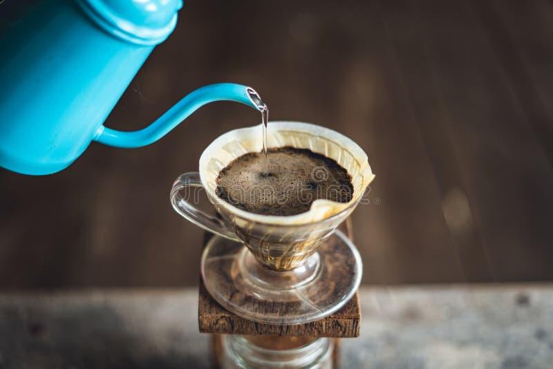 Les personnes d'égouttement de café s'égouttent le café images stock