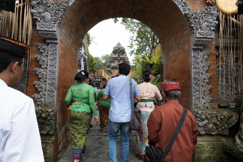Les personnes de Balinese se préparent dans Ubud à la famille royale Funera - 27 février 2018 images libres de droits