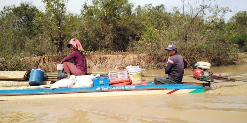 Les personnes de bateau chez Tonle sapent le lac au Cambodge photo libre de droits